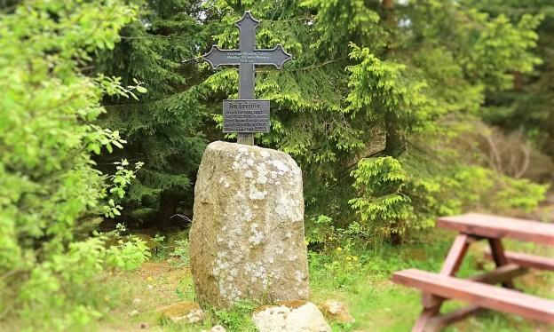 HWN Kruzifix Raute Ausschnitt